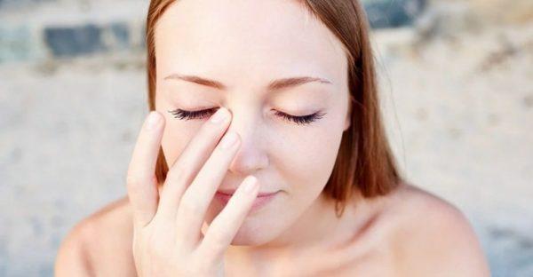 К чему чешется правый глаз - приметы по дням недели для девушек, женщин и мужчин