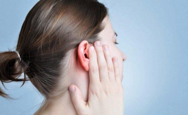 К чему горит правое ухо у девушки, женщины или мужчины - толкование приметы по дням недели